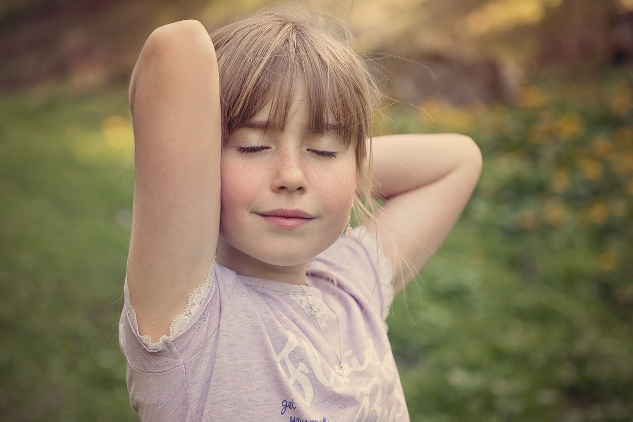 Menina feliz sem crise de ansiedade