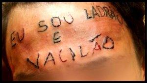 testa tatuada
